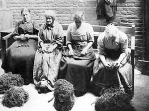 Women picking OakumUnion.jpg